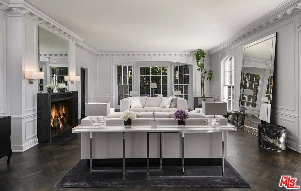 Living room with plaster molding
